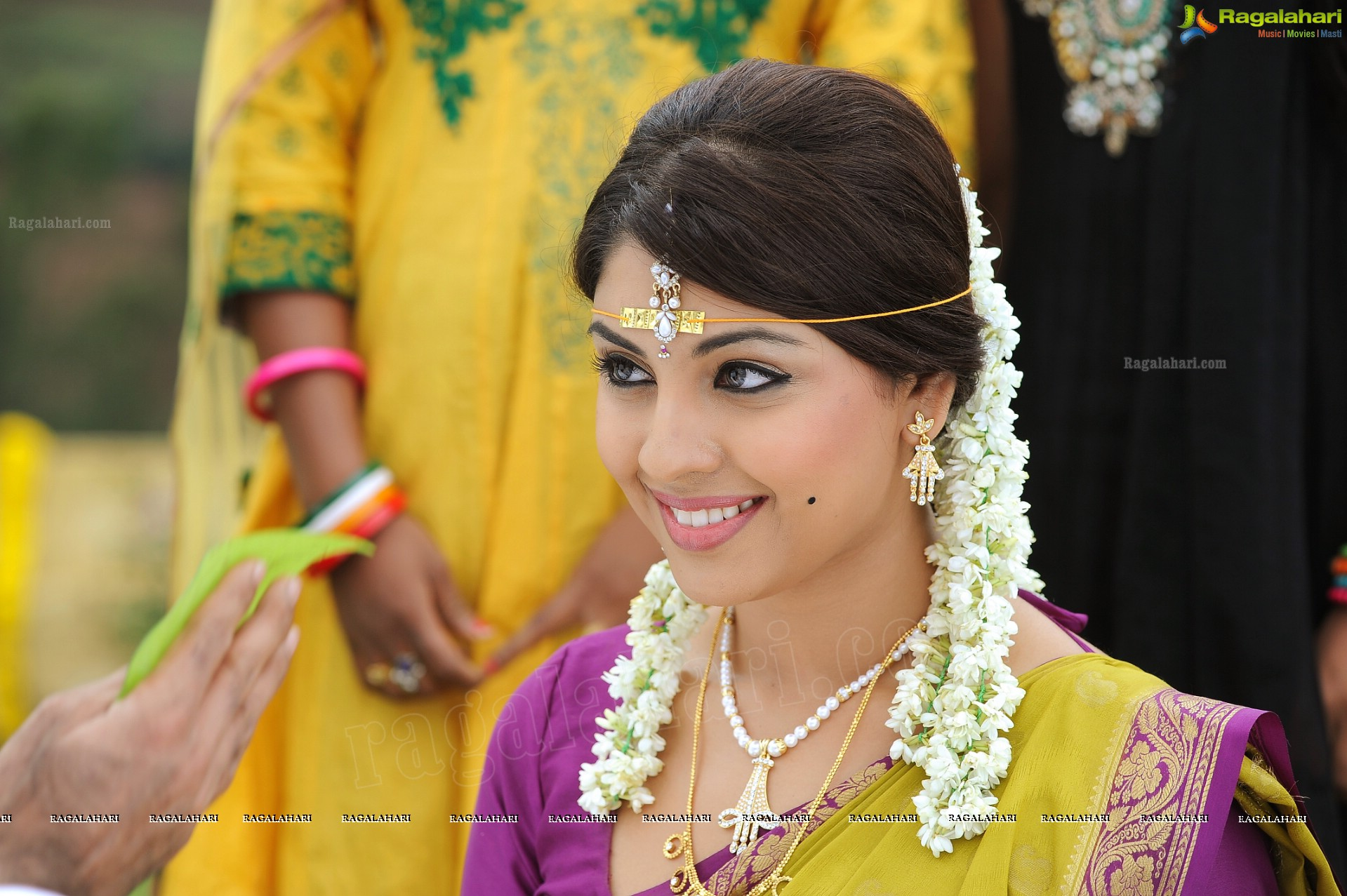 Richa Gangopadhyay Hot Saree Richa gangopadhyay hot saree