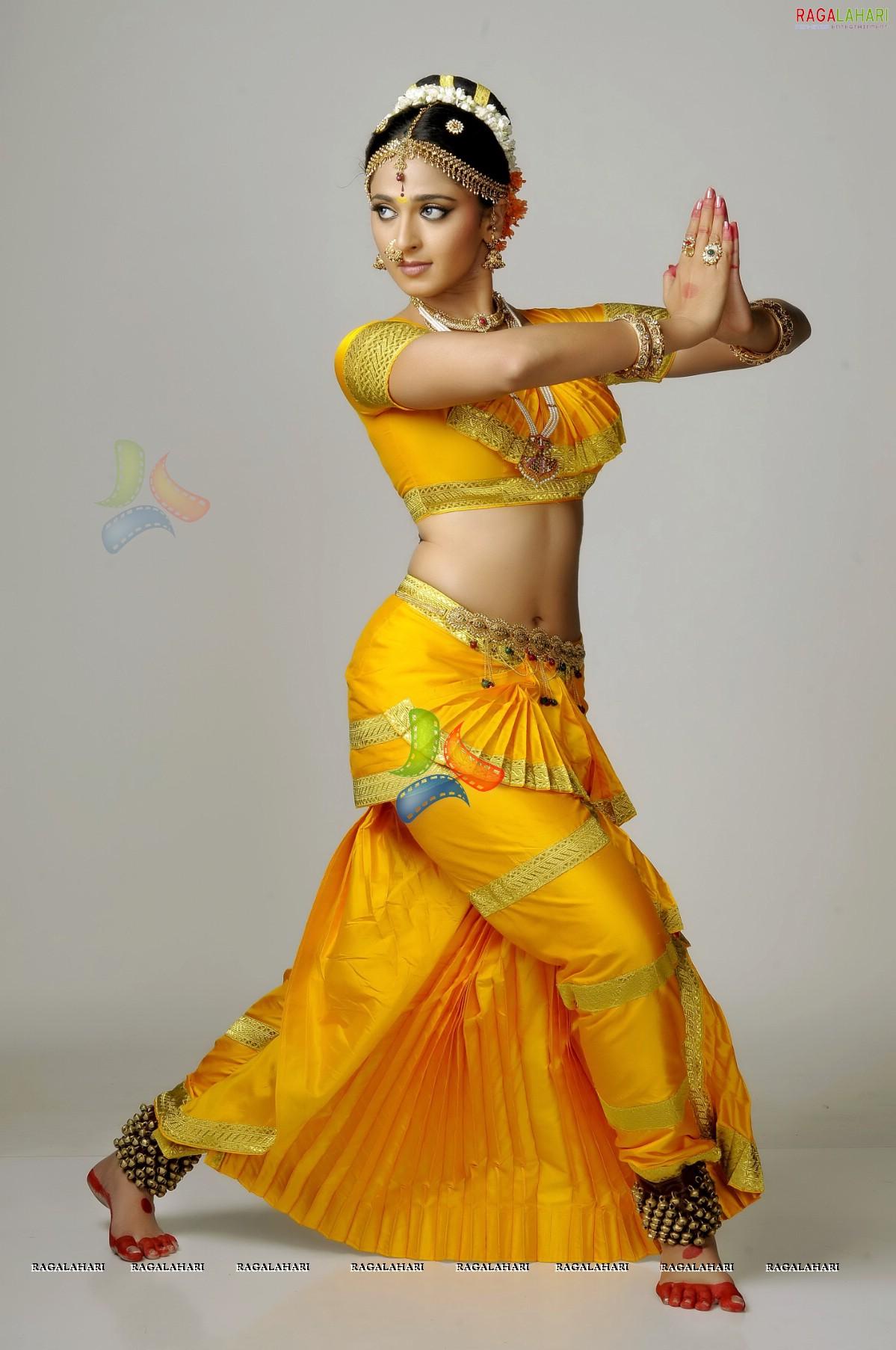 கோடீஸ்வரரை மணப்பது எப்படி? Anushka+Chandramukhi+Dress+14